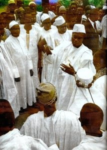 Modibo Keita discute avec des maliens
