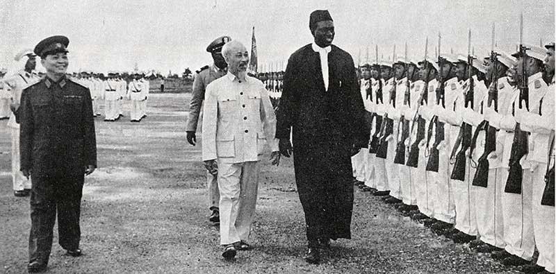 Modibo Keita au Viet-Nam pour soutenir le pays en guerre : De gauche à droite : le général Giap, Hô Chi Minh et Modibo Keita