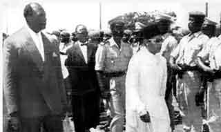 Modibo Keita reçoit le roi Hassan II du Maroc, venu participer à la conférence de Bamako sur la guerre des sables